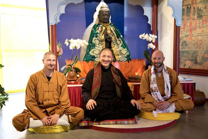 Gruppenphoto - Tulku Lobsang mit Shi Xing Long (Roger Stutz) und Shi Yong Wen (Thomas Degen) im Shaolin Chan Tempel Luzern.