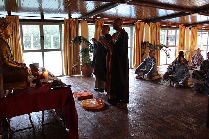 Shi Yan Jia wird als Schüler von Shi Xing Long aufgenommen. Bild der Zeremonie.