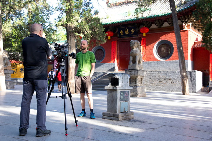 Dokumentarfilm über Shi Xing Long - Interview vor dem Shaolin Kloster
