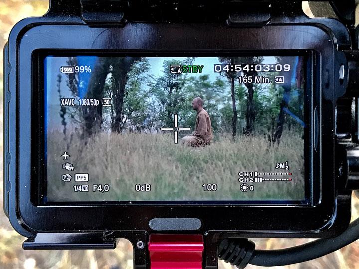 Dokumentarfilm über Shi Xing Long - Kamera visiert ihn bei der Meditation an.