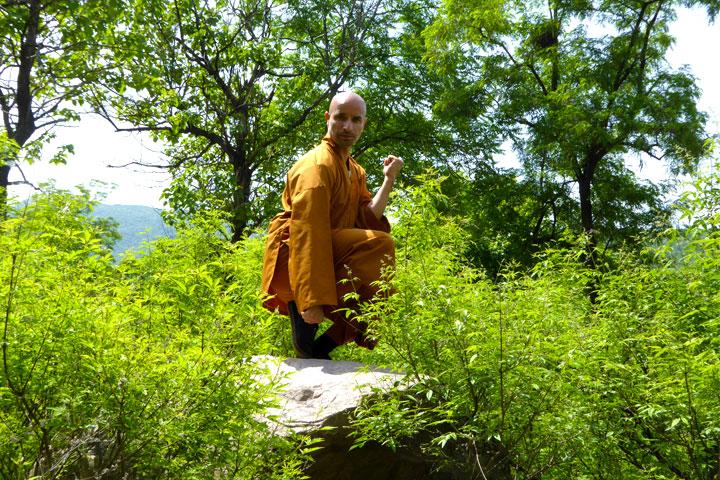 Kung Fu Meister Salvi Ferrara im Wald.