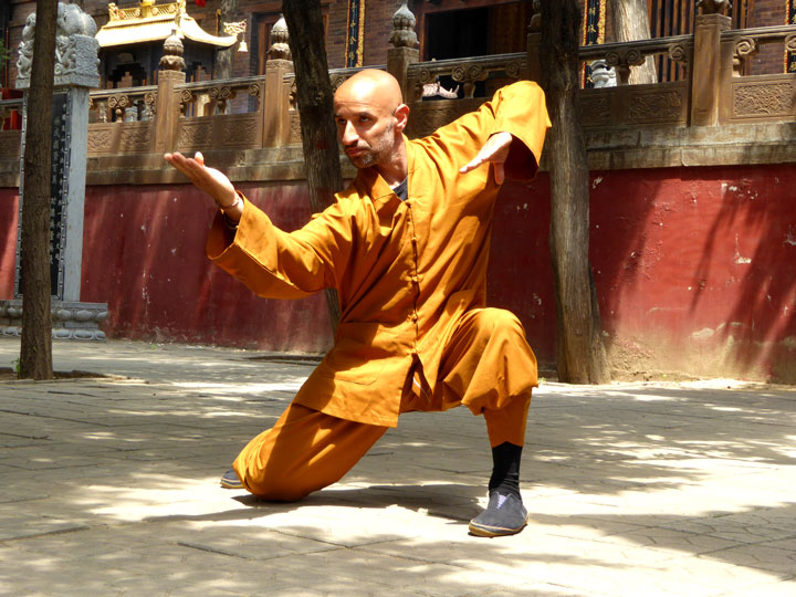 Salvi Ferrara vor Shaolin Kloster in China