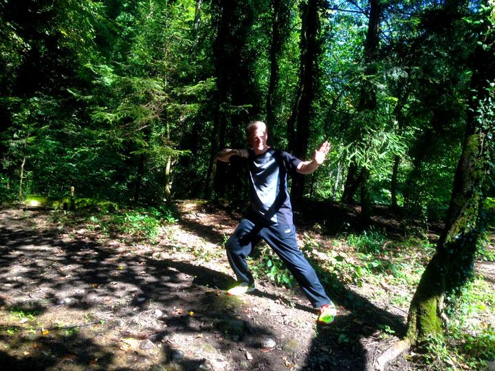 Roland Forster (Wochenendaufenthalter im Shaolin Chan Tempel Schweiz) beim Kung Fu Training im Wald.