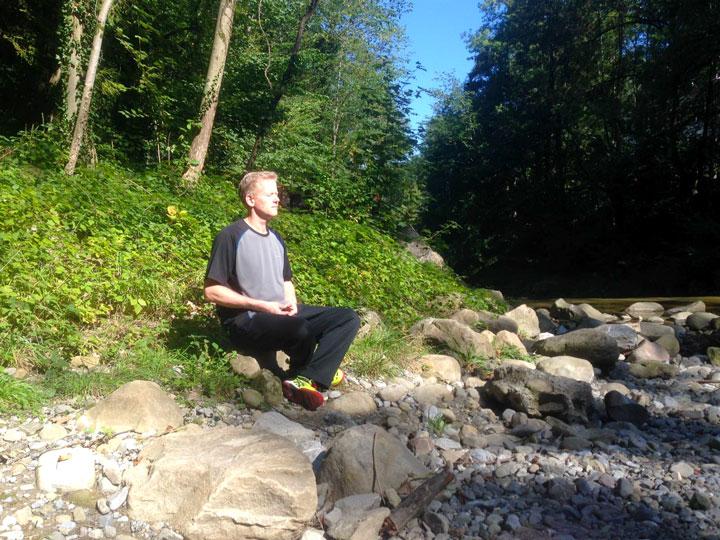 Roland Forster (Wochenendaufenthalter im Shaolin Chan Tempel Schweiz) bei der Meditation.