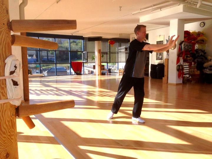 Roland Forster (Wochenendaufenthalter im Shaolin Chan Tempel Schweiz) bei Qi Gong Übungen.