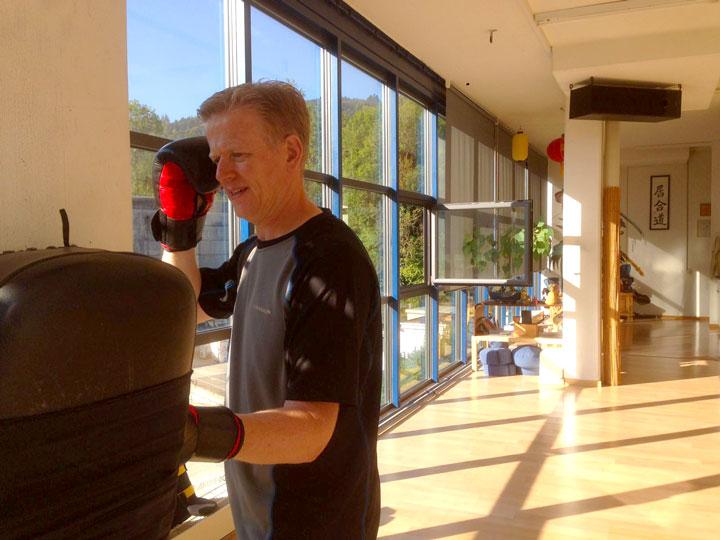 Roland Forster (Wochenendaufenthalter im Shaolin Chan Tempel Schweiz) bei Sanda Übungen.