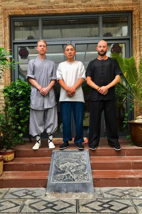 Gruppen von Shaolin Meister Shi De Feng (Mitte), Meister Shi Xing Long und Schüler Serge Kaulitzi