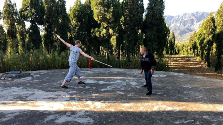 Shaolin Meister Shi De Feng korrigiert Serge Kaulitz bei der Schwertform