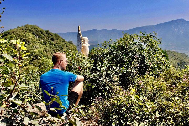 Serge Kaulitz bei der berühmten Damo Statue in Shaolin