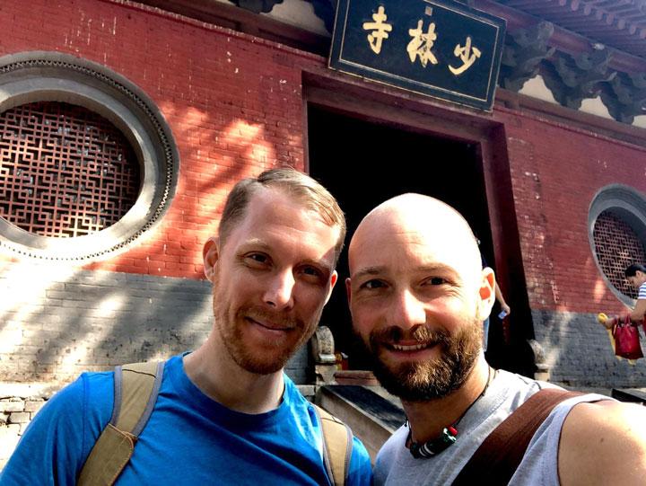 Serge Kaulitz und Roger Stutz vor dem Shaolin Tempel