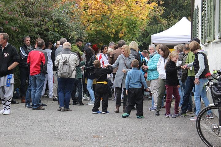 Menschenmenge am 1. jährigen Jubiläum vom Shaolin Chan Tempel Institut Aargau.