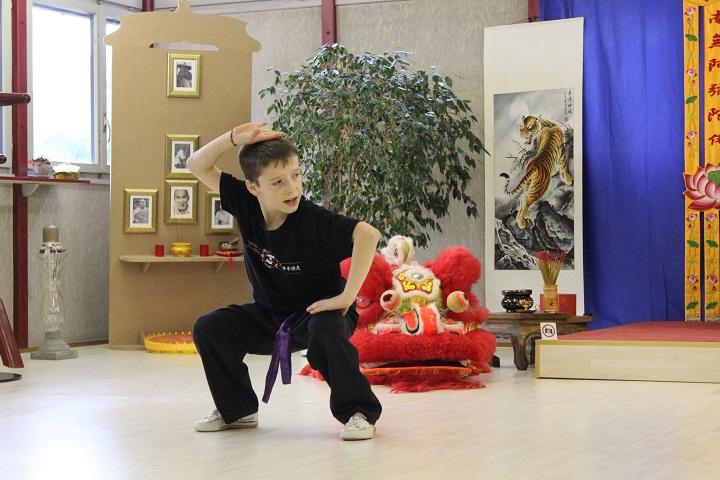 Kung Fu Athlet zeigt Form