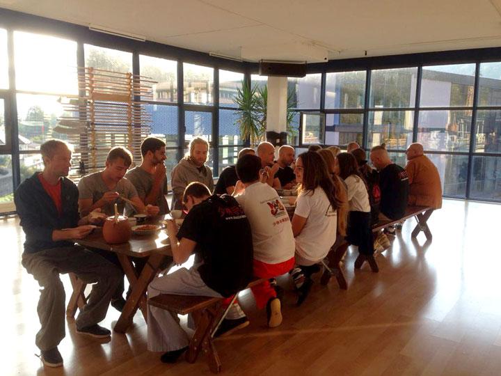 Shaolin Intensivwochen Teilnehmende beim gemeinsamen Abendessen.