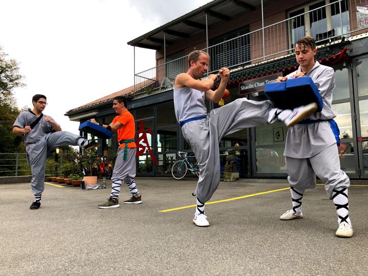 Kicktraining im Shaolin Chan Tempel Schweiz.