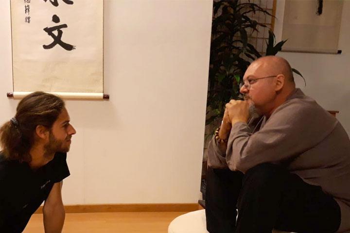 Shaolin Meister Shi Yan Jia bei einem Gespräch mit Dominik Pfyffer.