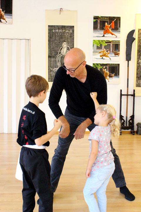 Kinder machen Kung Fu Anwendungen mit Papa.