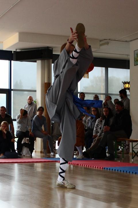 Kung Fu Kämpferin zeigt Kick.