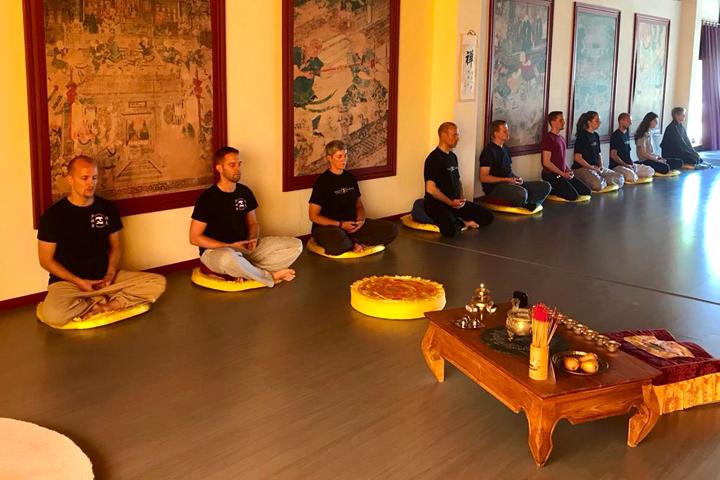 Gruppe von Menschen bei der Chan Meditation.