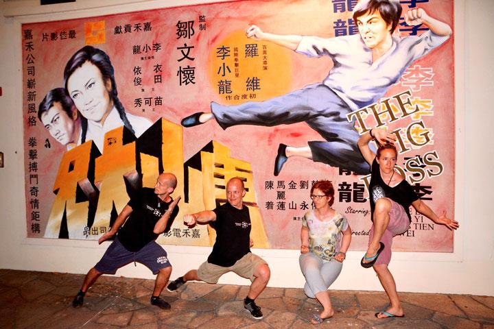 Kung Fu Gruppe vor Poster