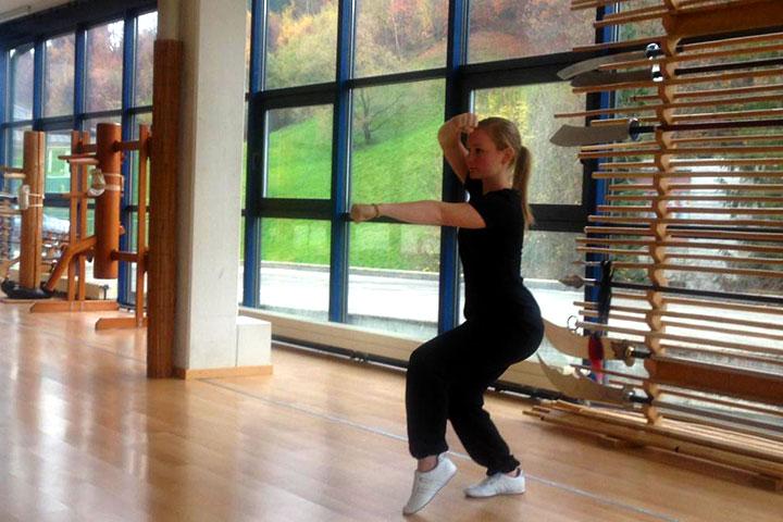 Wochenendaufenthalterin bei einer Kung Fu Übung..