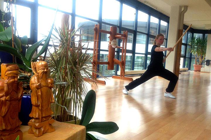 Wochenendaufenthalterin bei einer Kung Fu Übung.