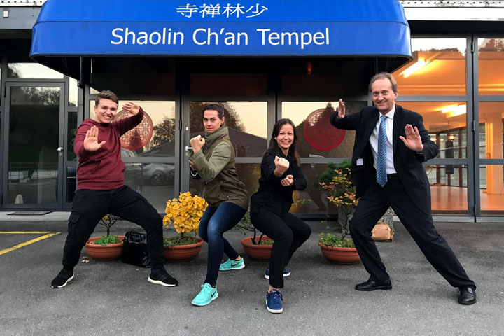 Teambild von Curaden Schweiz bei einem Event im Shaolin Chan Tempel Schweiz.