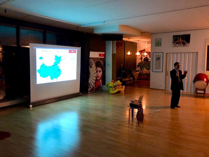 Mr. Hong von Asia365 hält einen Vortrag.
