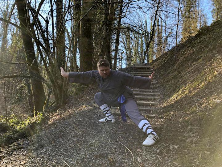 Michael beim Kung Fu Training in der nähe vom Shaolin Chan Tempel Schweiz.