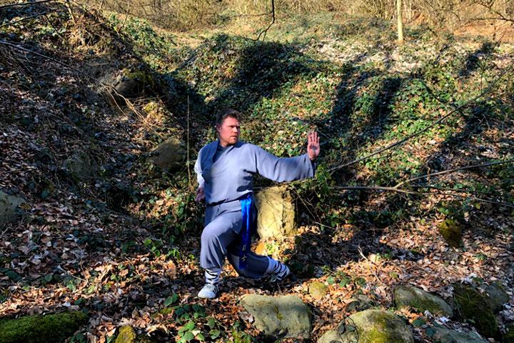 MIchael beim Kung Fu Training im Wald.