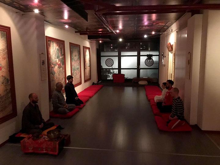 Chan Meditationsklasse bei der Meditation.