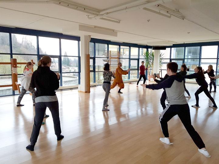 Qi Gong Übungen mit SchülerInnen.