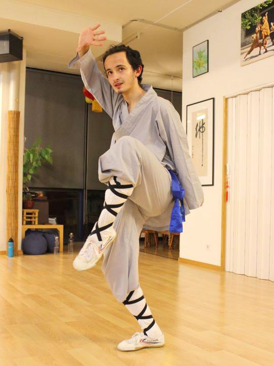 Dimitri macht eine Kung Fu Position.
