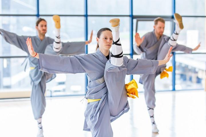 Stefanie Kaufmann (Lin Feng) bei einem Spagat Kung Fu Kick.