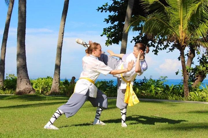Stefanie Kaufmann (Lin Feng) und Stefanie Burri (Lin Yue) zeigen Kung Fu Anwendungen.