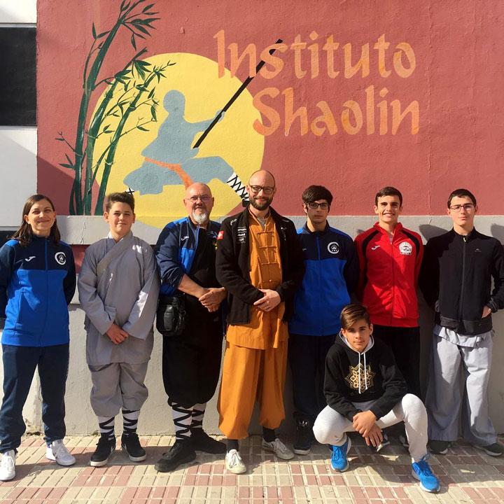 Gruppenbild von Kung Fu SchülerInnen und Meister Shi Xing Long.