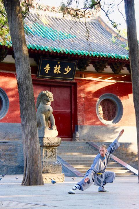 Kung Fu Schüler vor dem Shaolin Tempel in China