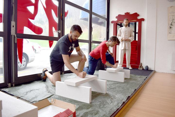 Schindler Aufzüge AG im Shaolin Chan Tempel Schweiz . Zwei MA beim zerschlagen von Betonplatten.