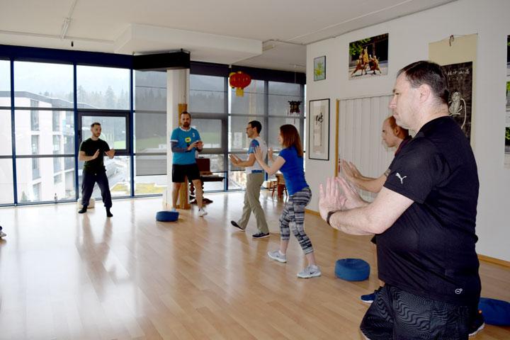 Qi Gong Training in der Gruppe.