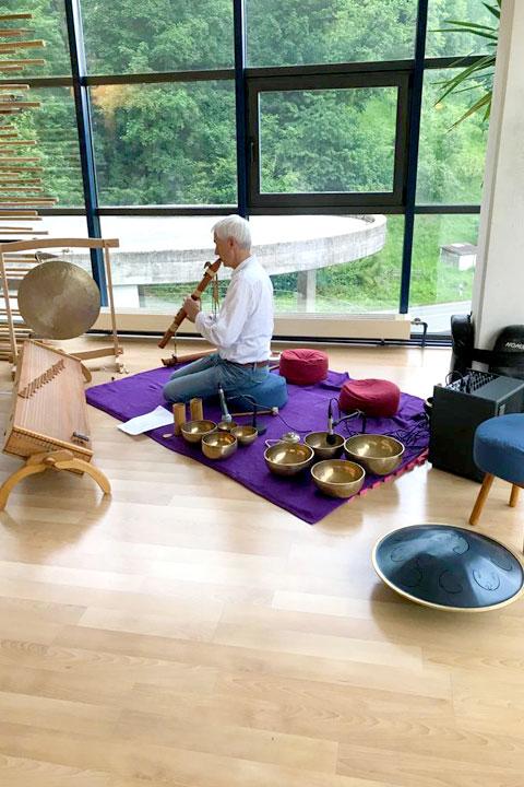 Samuel Staffelbach spielt Live während einer Qi Gong Lektion im Shaolin Chan Tempel. Instrumente wie tibetische Klangschalen, der Gong, die indianische Flöte bis hin zu exotischeren Instrumenten wie dem Koto oder dem Rafvast kamen zum Einsatz.