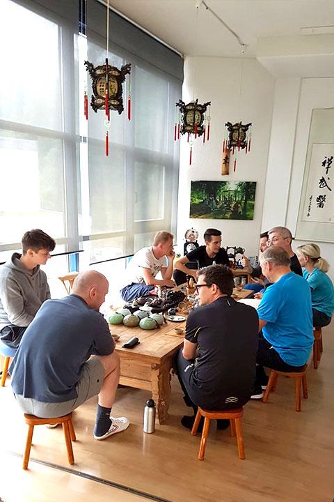 LUKB Mitarbeiterevent im Shaolin Chan Tempel. Gemeinschaftliche Aktivitäten in der Küche.
