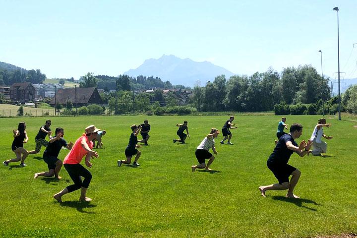 LUKB Mitarbeiterevent im Shaolin Chan Tempel. Qi Gong Übungen im freien in der Gruppe.
