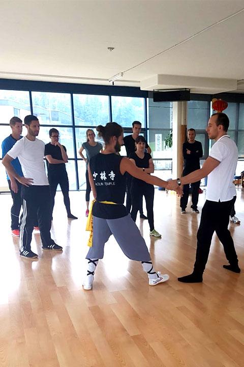 LUKB Mitarbeiterevent im Shaolin Chan Tempel. Selbstverteidigungstechniken werden vorgezeigt.
