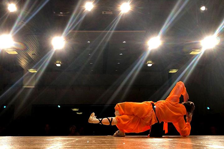 Eine Athletin zeigt eine Beweglichkeitsdarbietung beim jährlichen Betriebsfest der Krieger AG.