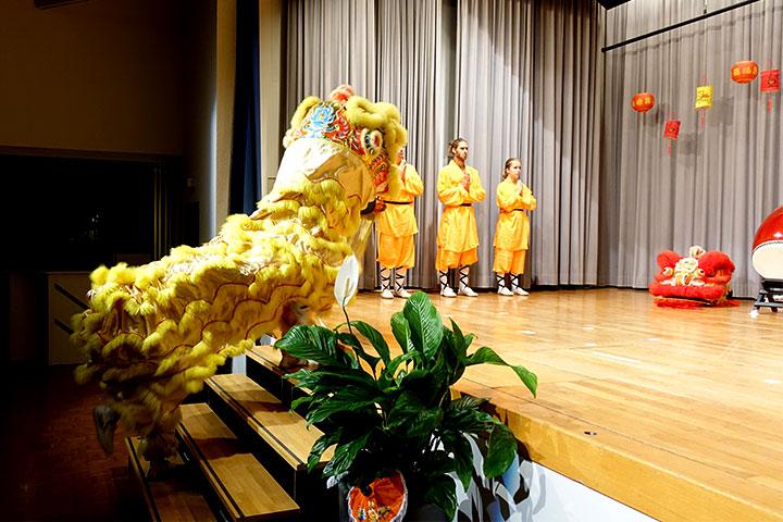 Das Löwentanzteam vom Shaolin Chan Tempel Schweiz bei einer Aufführung