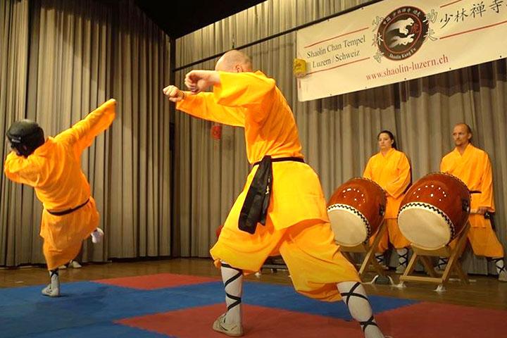 Kung Fu Show bei der Krieger AG. ein Athlet wirft einen Gegner zu Boden.