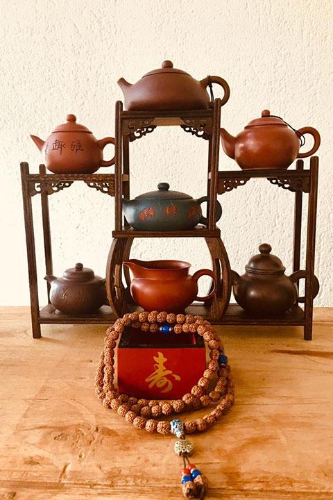 Die sechs Teesorten und ihre Kännchen