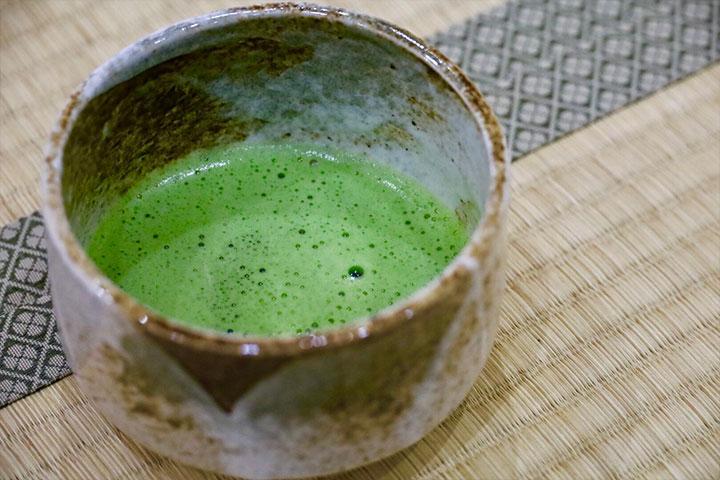 Eine Tasse Matcha Tee.