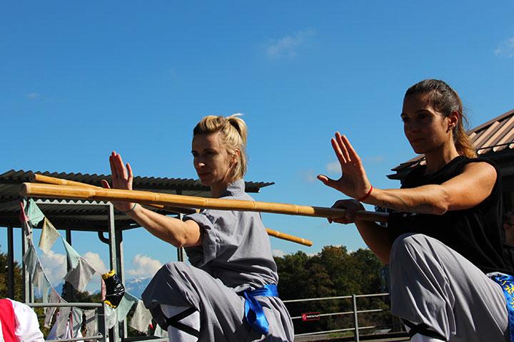 Shaolin Kung Fu Praktizierende mit Stock.