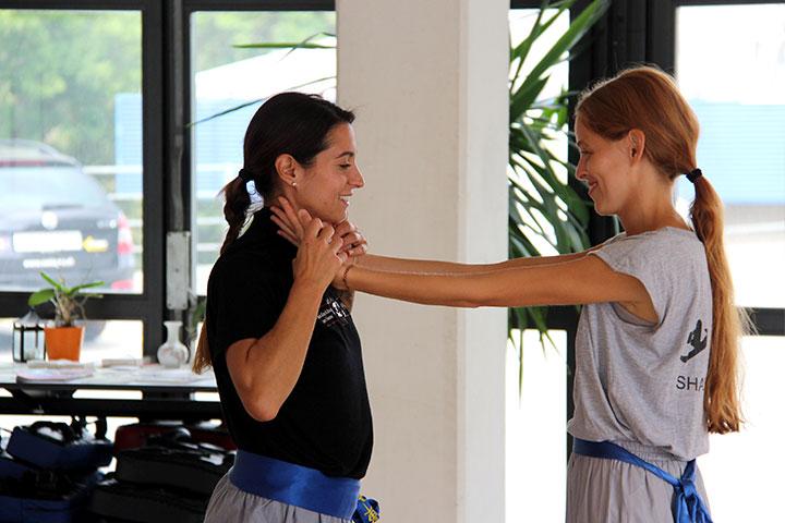 Frauen bei einem Kurs über Selbstverteidigung in Luzern