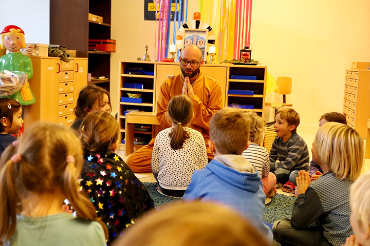Lehrer meditiert mit Kinder an Schweizer Schulen.